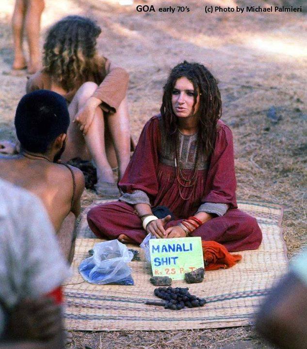 Девушка продает гашиш и чарас на маркете. Анджуна, Гоа. 1973 год.