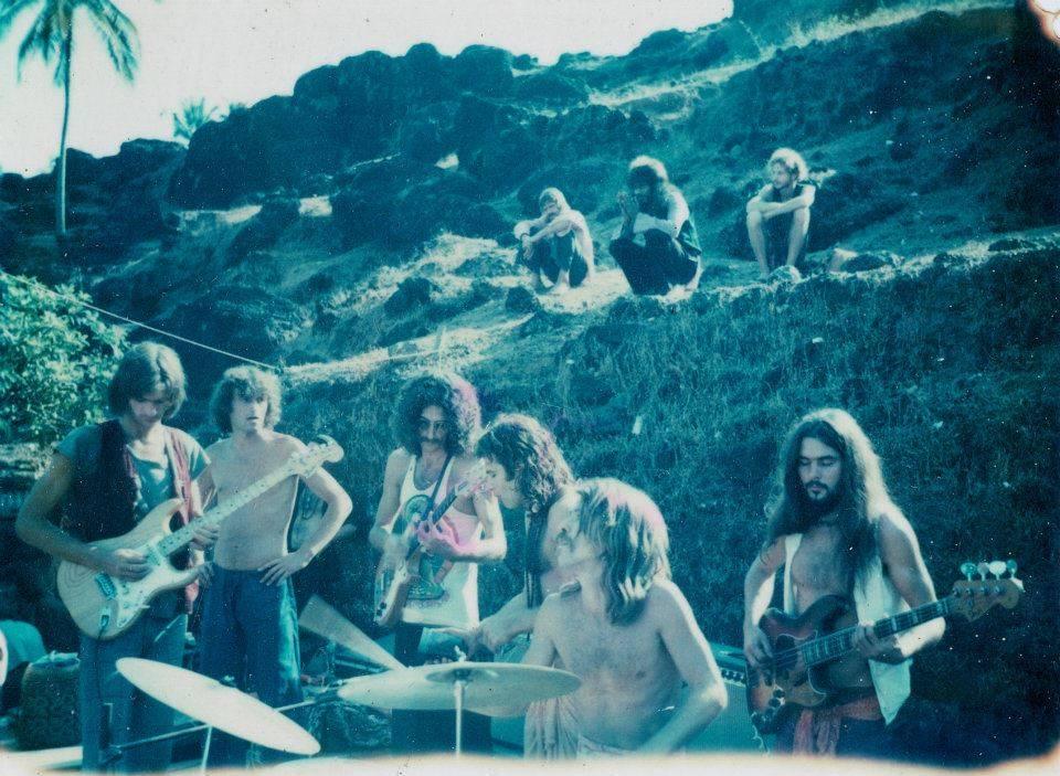 The Anjuna Jam Band – Первая электрическая вечринка серии Full Moon, которая прошла в южной части Анджуна Бич. 1976 год. (Photo by Sunny Schneider).