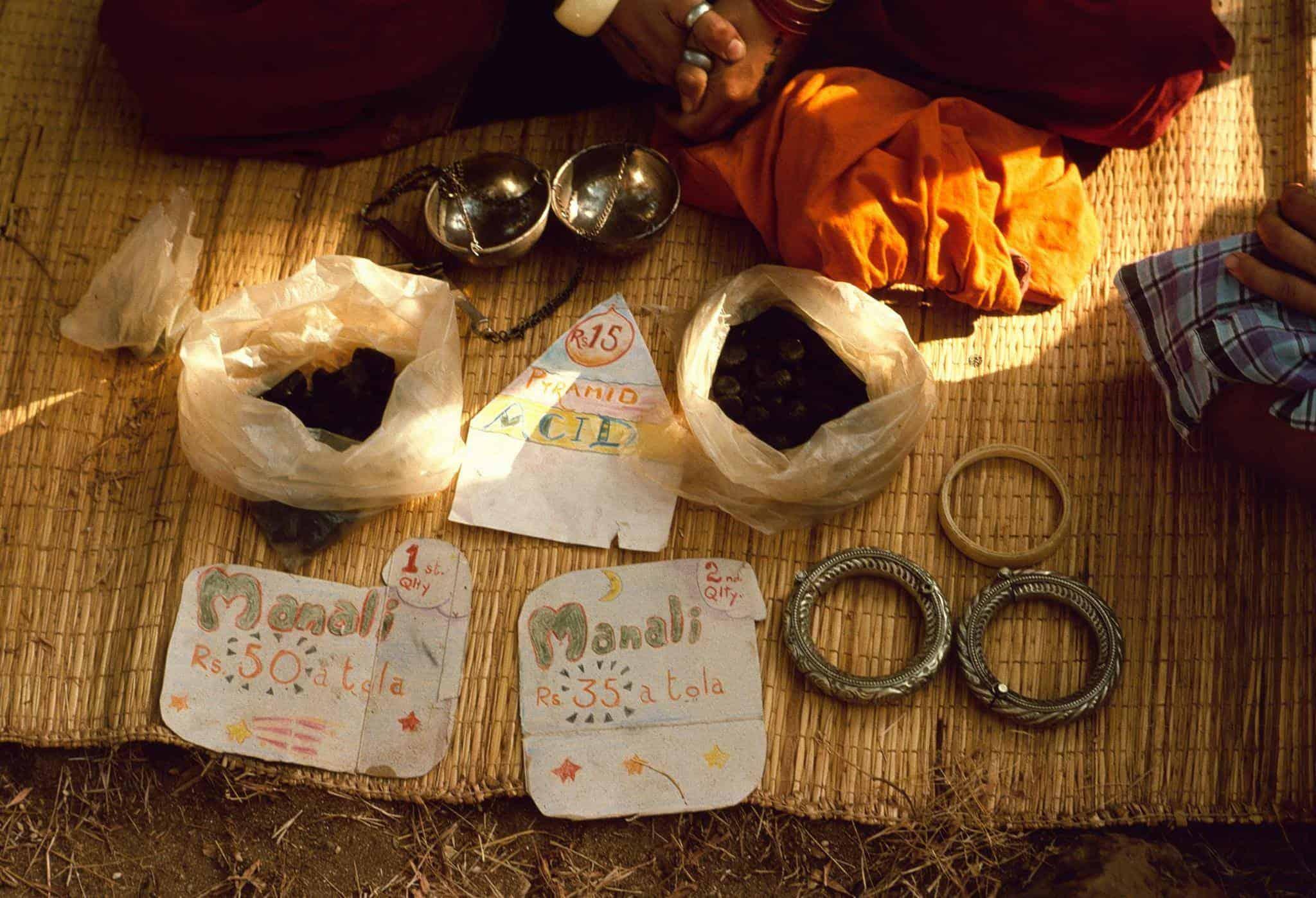 Прилавок с гашишем, ЛСД и ювелиркой на Anjuna flea market, Гоа, 1976 год (Photo by Michel Hilzinger).