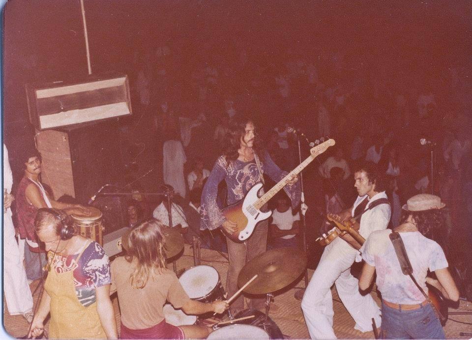 Группа Гилберта Гарсиа (Gilbert Garcia Band) выступает на Full Moon party. Goa Gil на басу (по центру), Гилберт Гарсиа на гитаре (справа) (Photo by Sunny Schneider).