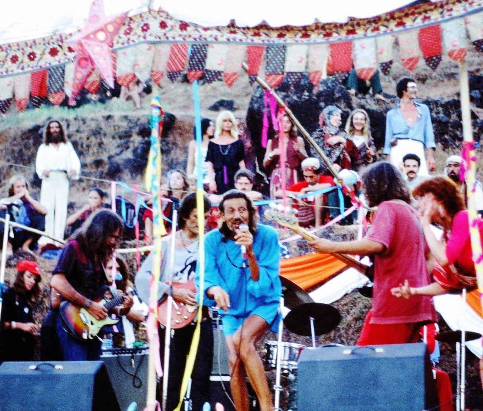 Восьмипалый Эдди (RIP) со своей группой выступают на новогодней вечеринке. Гоа, Индия. 1978 год. (Photo by Sunny Schneider).