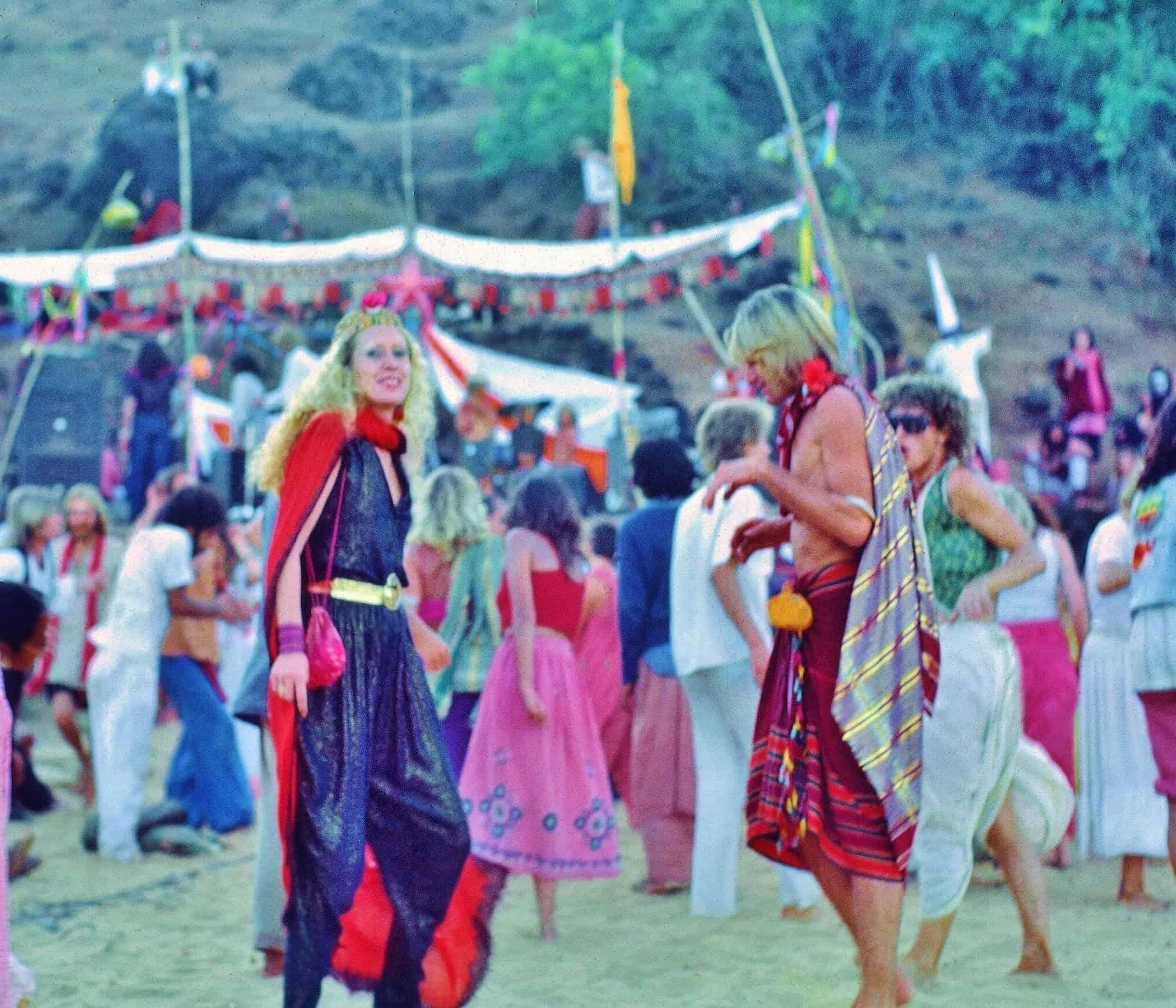 Танцы на песке в Anjuna Beach. 1970е (Photo by Sunny Schneider).