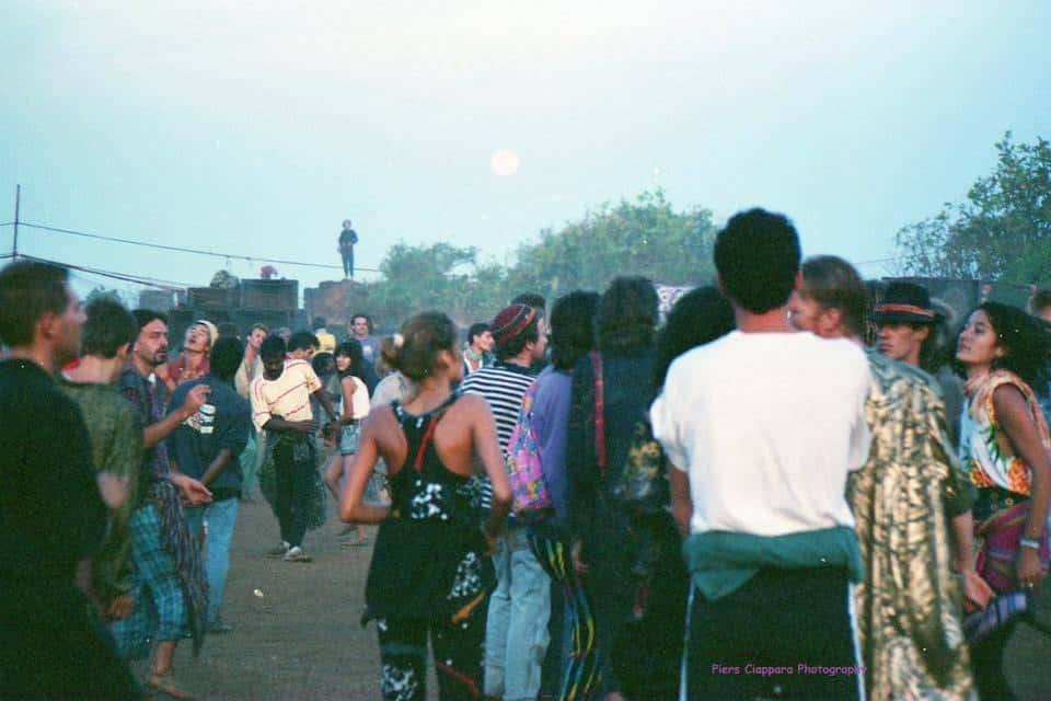 Пати на вершине Форта Чапора. Гоа, Индия. 1988 год (Photo by Piers Ciappara).