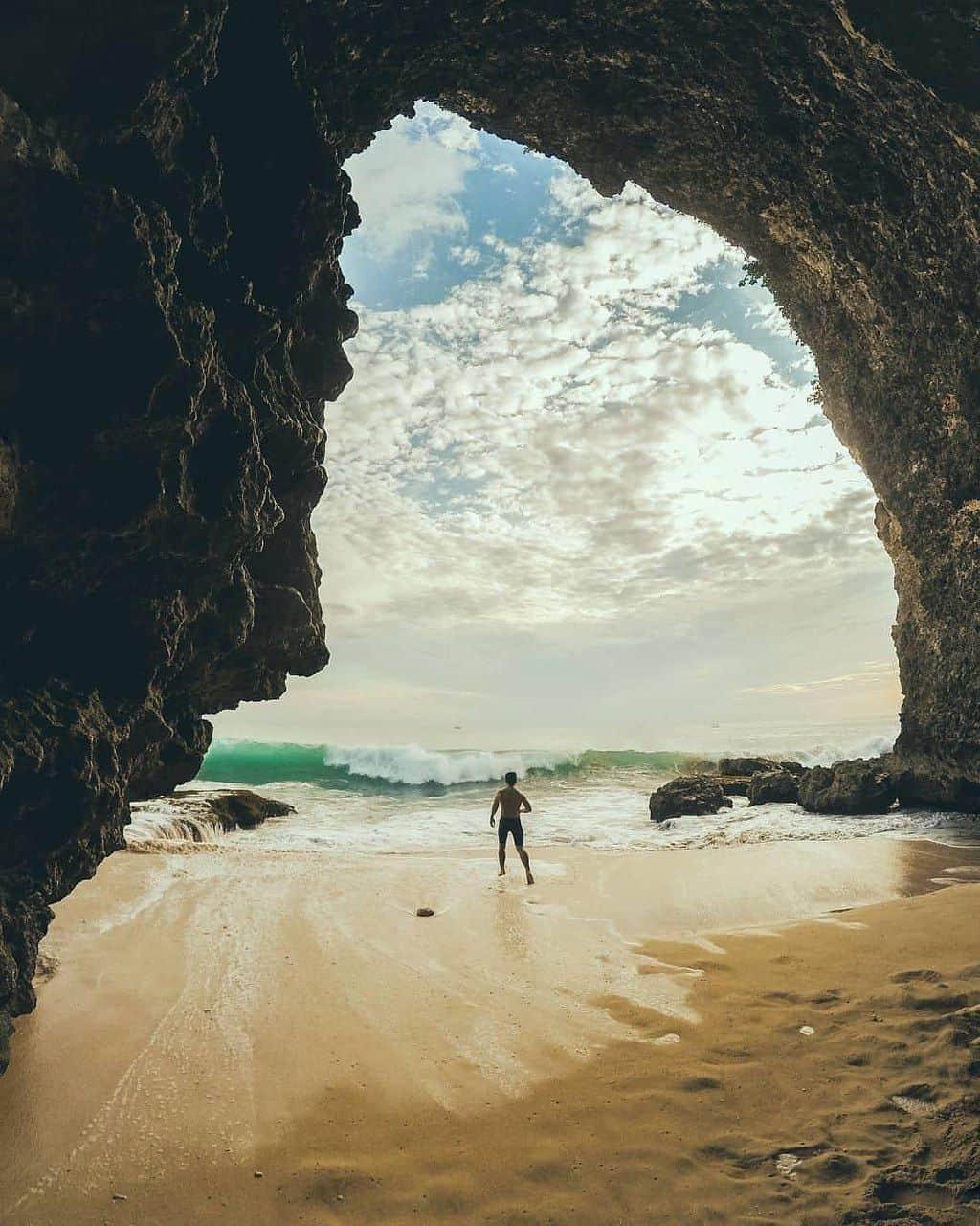 Пещера на пляже Tegal Wangi