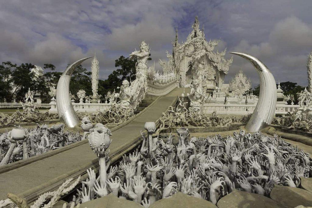Wat Rong Khun. Общий вид на вход