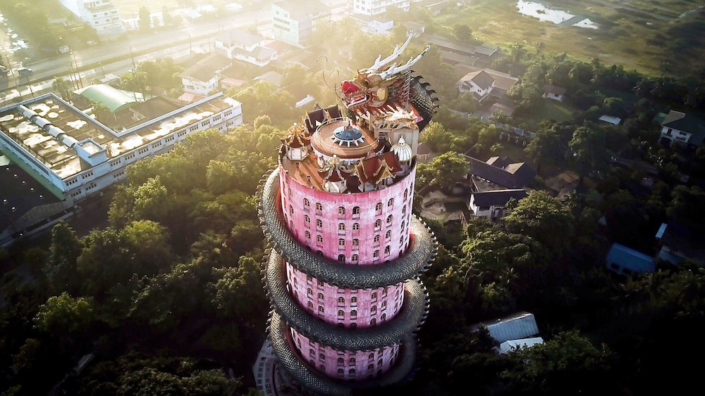 Дракон, обвивающий небоскреб в Wat Samphran