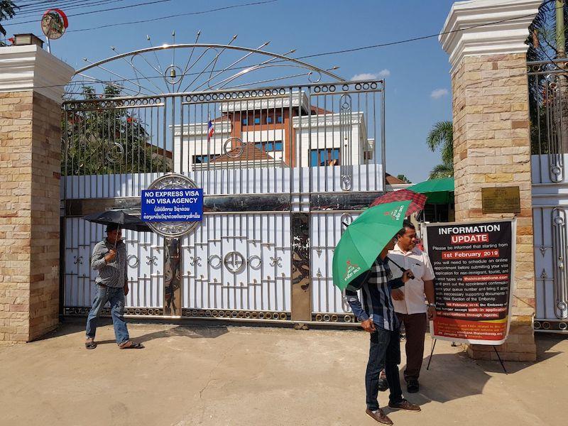 Вход на территорию консульства Таиланда во Вьентьяне