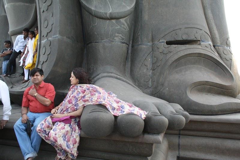 На площадке у подножия статуи Тхируваллувар
