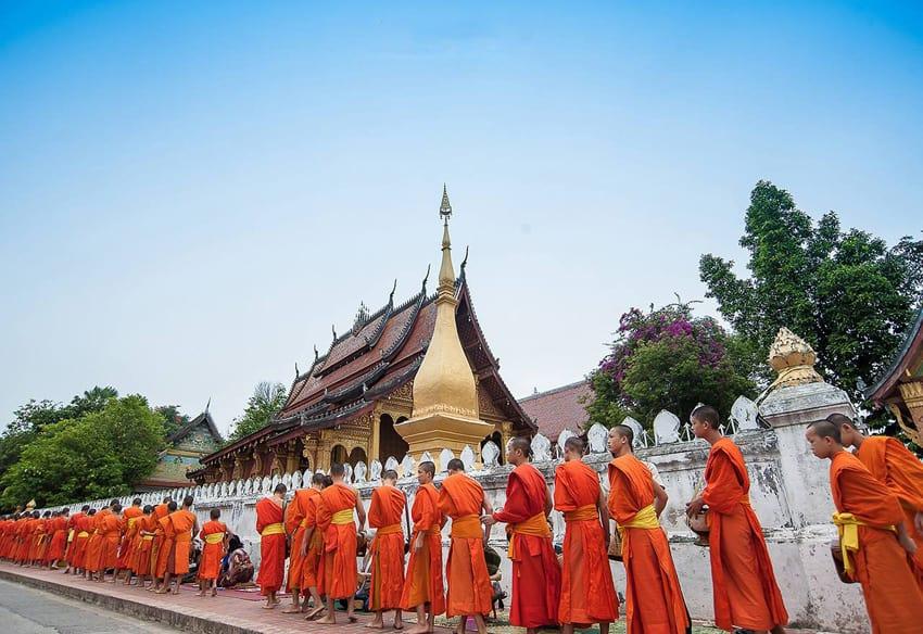 Церемония подношения милостыни. Луангпхабанг, Лаос