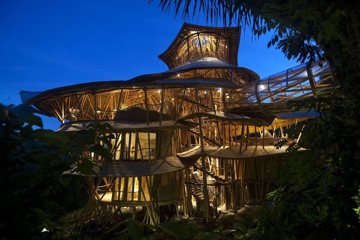 SharmaSprings - самый большой в мире отель из бамбука, который расположен на Бали
