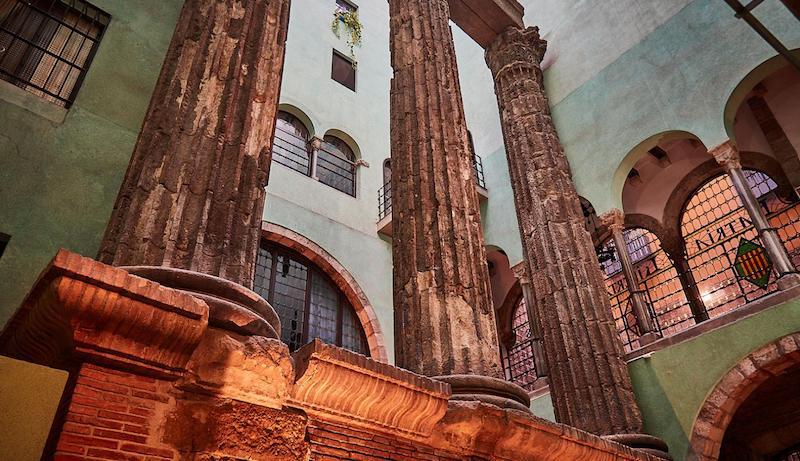Часть храма Октавиана Августа -римские колонны, которым 2000 лет - неизвестные достопримечательности Барселоны