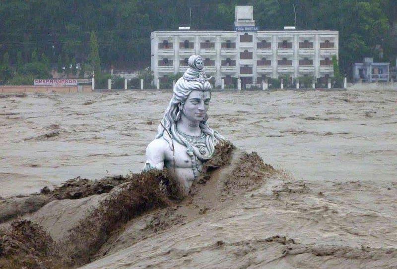 Статуя Шивы во время наводнения в 2013 году в Ришикеше