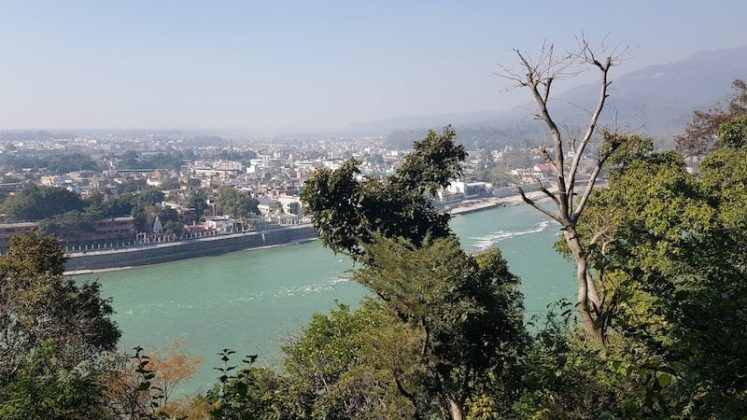 Вид на Ришикеш с горы, где находится ашрам Битлз