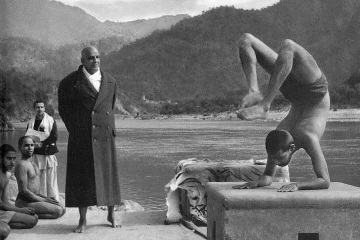 Свами Шивананда и ученики на берегу Ганга в Ришикеше